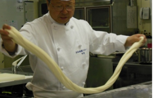 中国料理のオープンキャンパスでは、麺打ち実演があります。この技術を持っている方は講師のなかでも非常に貴重です。是非ご参加ください。